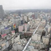 霧雨の中で霞む仙台市中心部
