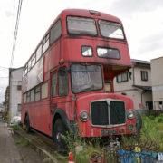 ひっそりと佇むロンドンの2階建てバス