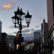 日没間近の青葉通と点灯間近のガス灯