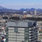 雪のない仙台市内と雪が残る遠くの山々
